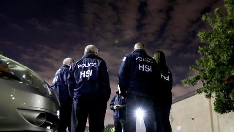 Agentes de la unidad HSI que inspecciona empresas y entrevista trabajado...