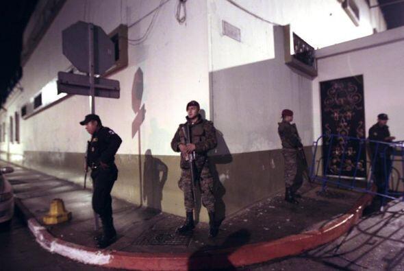 Soldados vigilan frente a la Casa Presidencial en Guatemala, poco despué...