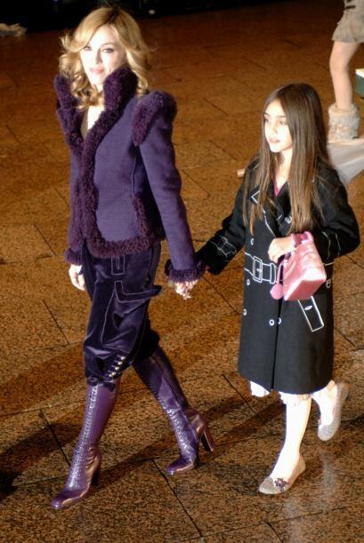 Dos años después, en noviembre, Madonna llevó a Lourdes al estreno mundi...