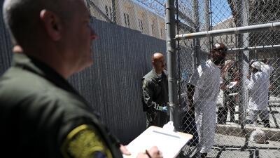 Guardias conducen a reos en la prisión más antigua y temid...