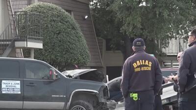 Un hombre resulta herido tras chocar su camioneta contra unos apartamentos