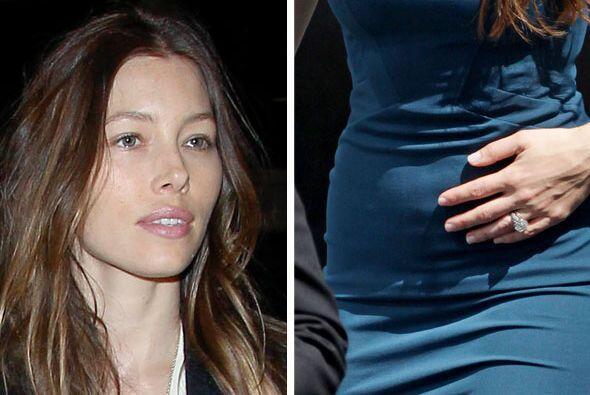 Su vientre abultado no pasa desapercibido.