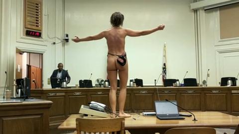 Gypsy Taub protestó en la sala de Concejo Municipal de Berkeley.