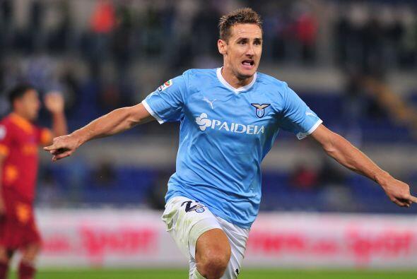 El atacante Miroslav Klose mostró su olfato goleador en el tiempo de des...