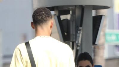 Kendall Jenner ya no se esconde y llena de besos a Ben Simmons en una estación de gasolina