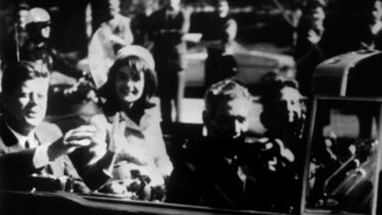 El presidente John F. Kennedy poco antes su murte a bordo de una limusin...