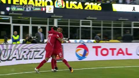Goooolll!! Raúl Mario Ruidiaz Misitich mete el balón y marca para Perú