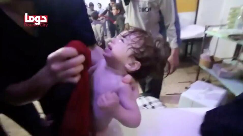 Un niño llora mientras se limpia la cara después del supue...