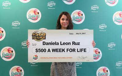 Daniela leon Ruz, de 18 años ganó el premio gordo de la lo...