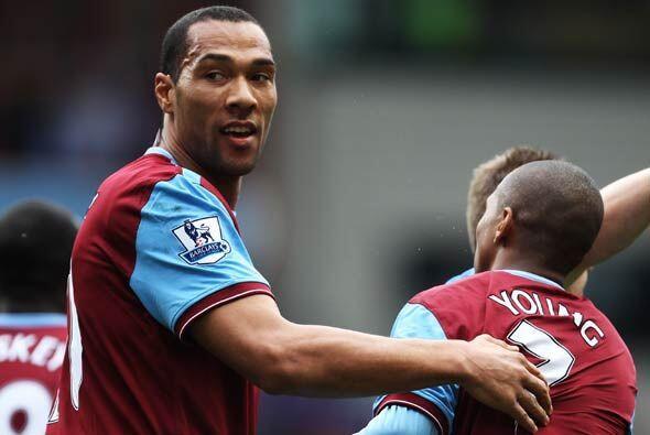 Carew hizo dos goles en el empate del Aston Villa contra el Wolverhampton.