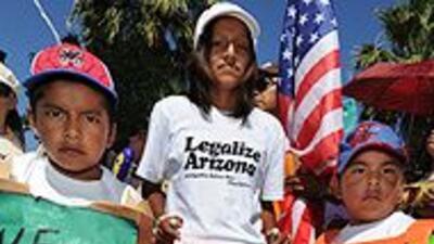 Niña implora a Obama para que frene la Ley SB1070 de Arizona 7ef15da7ab3...