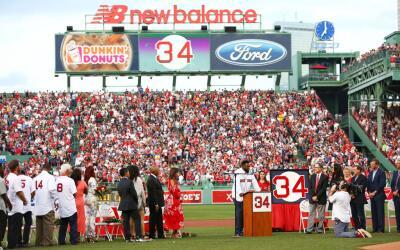 David Ortiz durante la ceremonia en la que los Red Sox retiraron su n&ua...