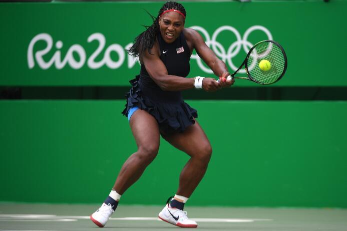La estadounidense Serena Williams, número 1 mundial, se estrenó en el to...