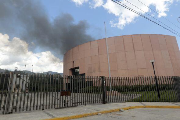 De las ventanas del Congreso era visible la salida de humo.