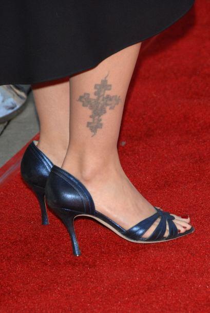 Sin embargo, ella también decidió tatuarse el tobillo con una cruz.