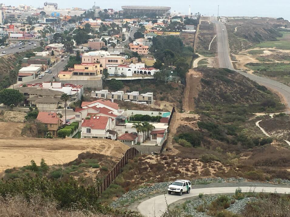 A la izquierda, Playas de Tijuana; a la derecha, un sector de San Diego...