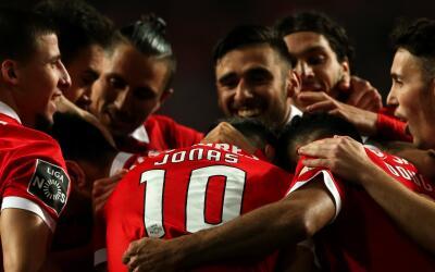 Jonas y Pizzi anotan por el Benfica.