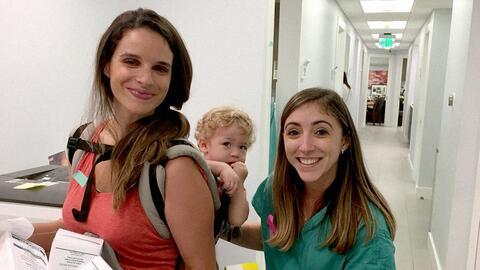 En la fotografía, la doctora Jennifer Schell con una voluntaria q...