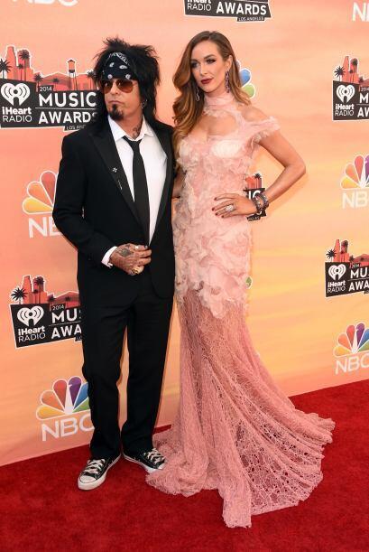 El rockero Nikki Sixx estuvo bien acompañado con la hermosa Courtney Bin...