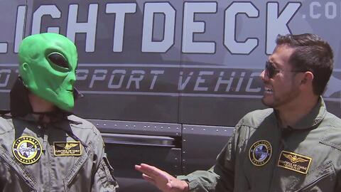 Luis Sandoval aprendió a volar un avión de combate F-16... con un alien