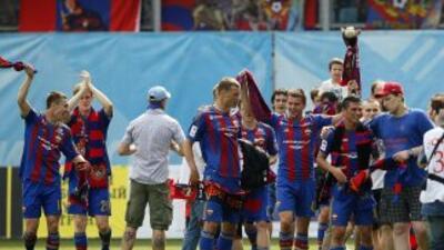 Los jugadores del CSKA celebran el triunfo que les asegura el campeonato.