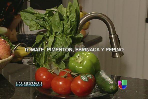 Es muy nutritivo el jugo con tomate, pimentón, espinaca y pepino