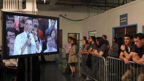 La gente vio al presidente Barack Obama en un Facebook live mientras dab...