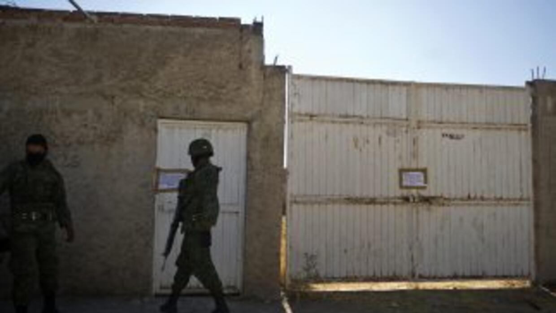 Personal de seguridad hace guardia en la entrada del lugar donde se encu...