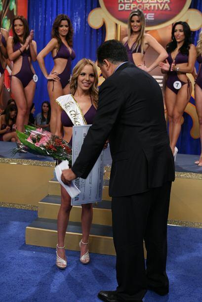 Este es el momento en que le entregaron su premio.