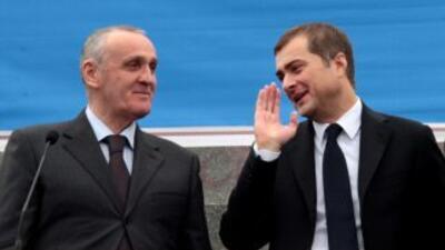"""Vladislav Surkov (derecha)declaró que se sentía """"cómodo"""" con las sancio..."""