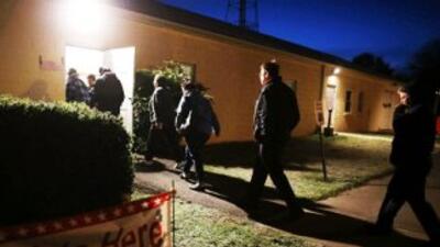 Electores acuden a un centro de votación en Virginia para elegir preside...