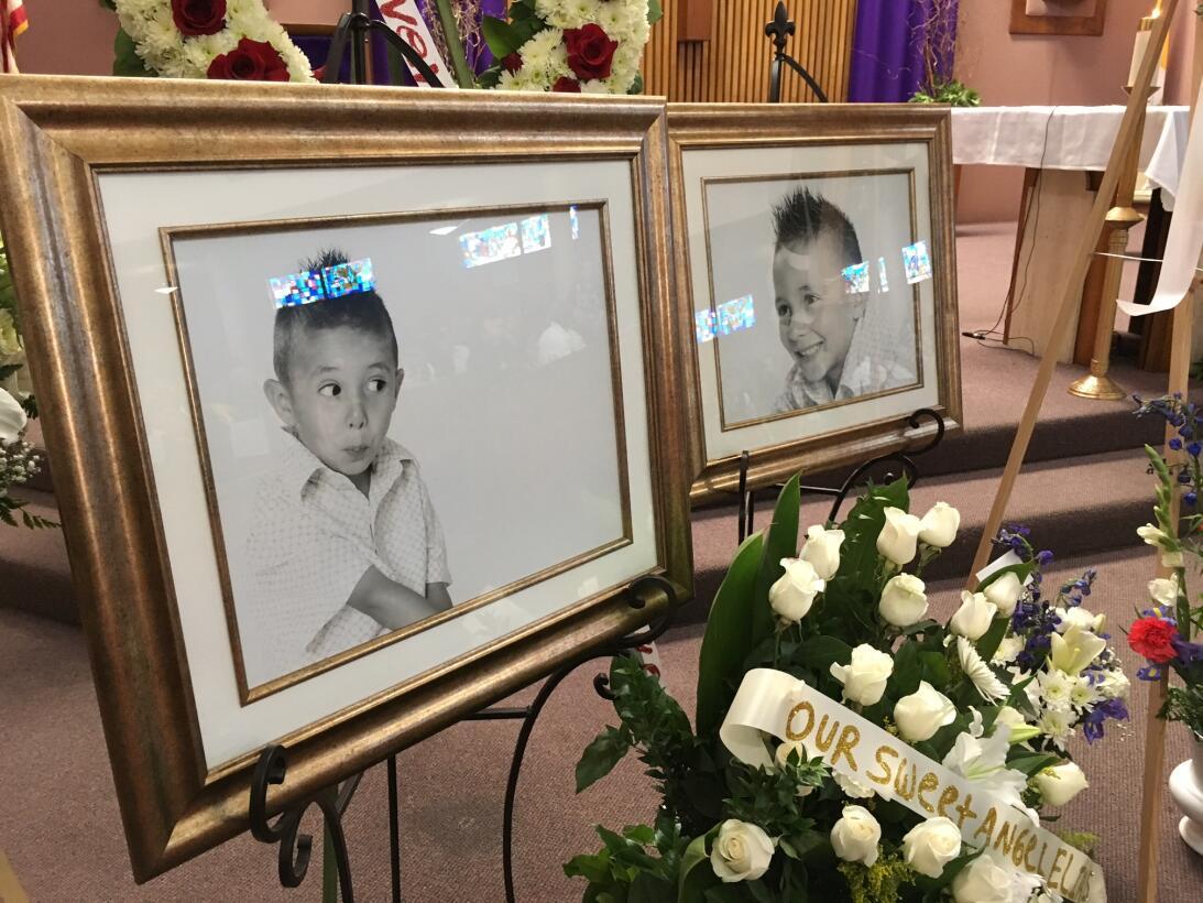 Distintas fotografías de Elías se colocaron en el altar de la parroquia.