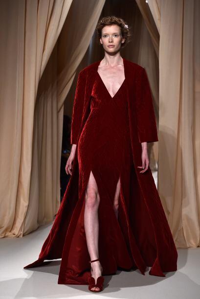 La firma Valentino ofreció bordados de inspiración rusa en tonalidades r...
