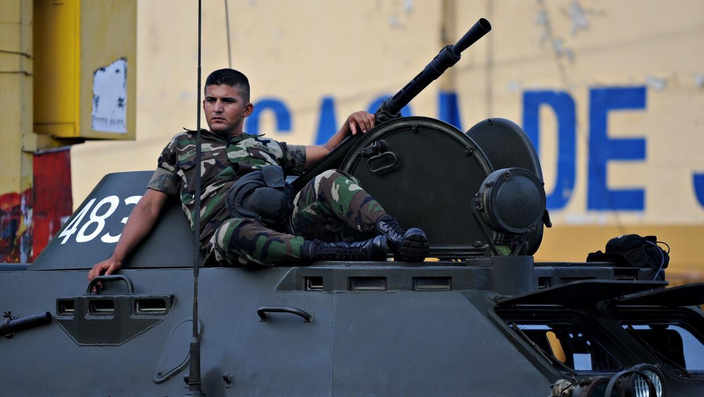 Un soldado nicaragüense descansa encima de un tanque en un desfile militar.