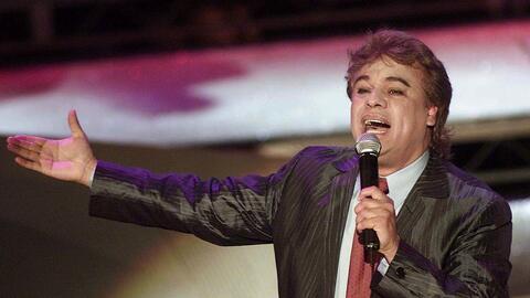 El cantautor Juan Gabriel durante su presentación en los premios...