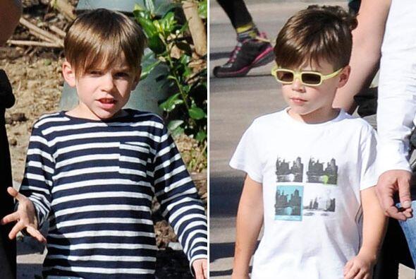 Los gemelos visitando un parque en España.