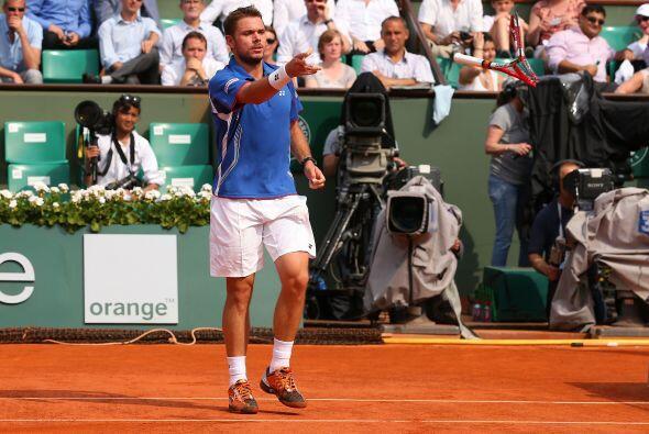 Wawrinka no pudo contener su enojo y destrozó una de sus raquetas durant...