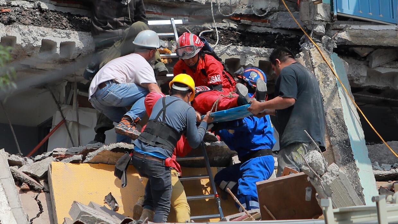 Rescate de un herido en el terremoto de México