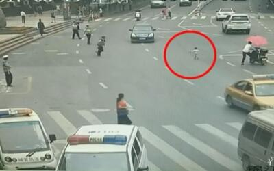 En video: Un policía en China rescata a un niño que casi es atropellado