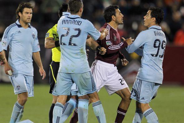 El duelo estuvo tan intenso que Pablo Mastroeni y Omar Bravo se enfrasca...