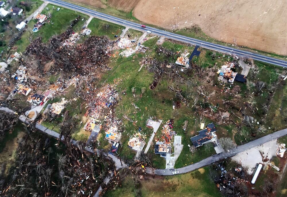 Escombros que dejó un tornado en Perryville, Missouri, donde numerosas c...