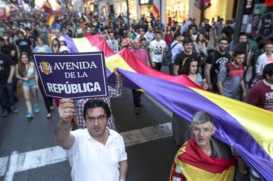 En la Puerta de Sol abundaron las banderas de Equo, del PCE y de otras f...