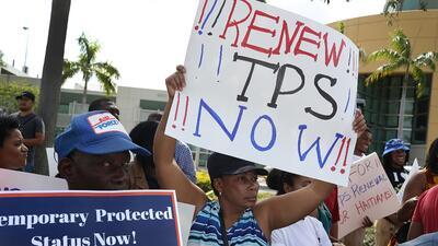 Indocumentados centroamericanos durante una manifestación para pedirle a...