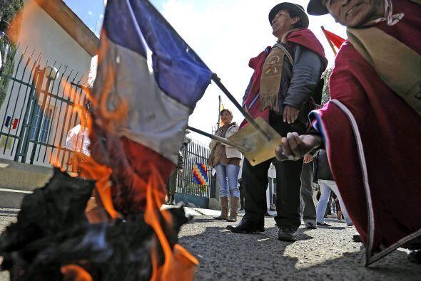 Los manifestantes arrojaron piedras y petardos contra la embajada de Fra...