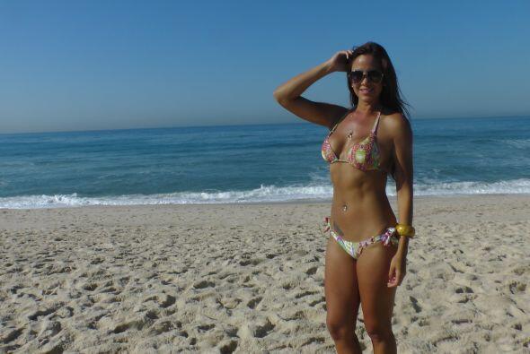 Sol, arena, mar y una chica bella en la playa. ¡Parece que no todo es fú...