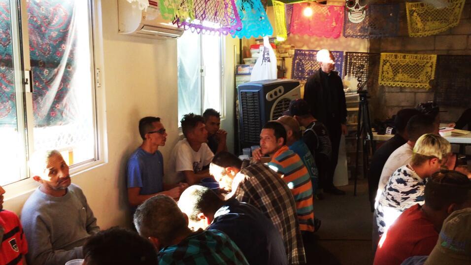 Un día en el 'comedor de los deportados', el lugar al que llegan los rep...