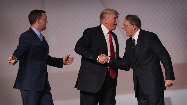 El presidente Trump saluda a Wayne LaPierre, vicepresidente de la NRA, y...