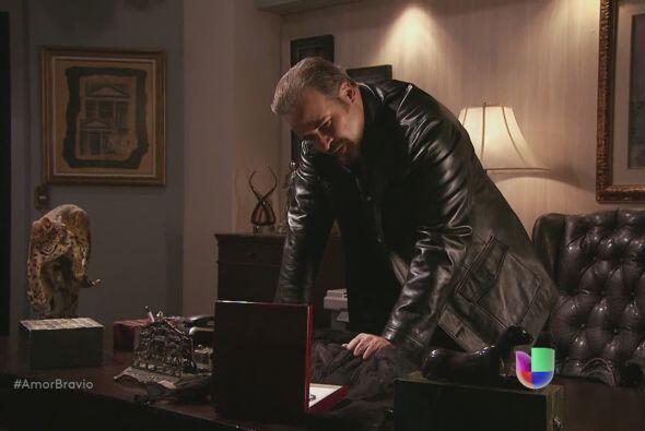 Dionisio acaricia el provocativo vestido que ha comprado para Camila.