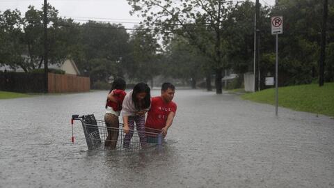 Una familia sortea las inundaciones en Houston.