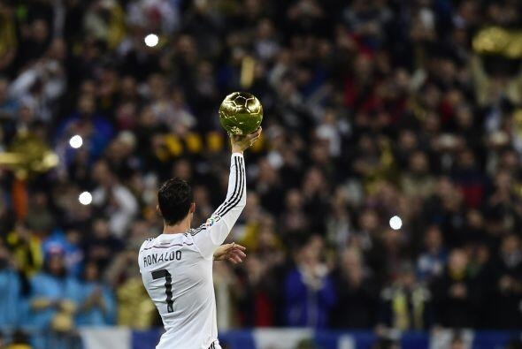 Cristiano 'presumió' a la grada del Bernabéu su Balón de Oro recién obte...